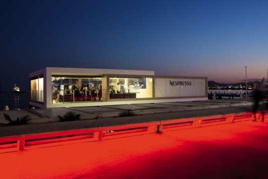 Au restaurant Nespresso, présent sur la Croisette le temps du Festival, pourquoi ne pas rêver decroiser George Clooney…
