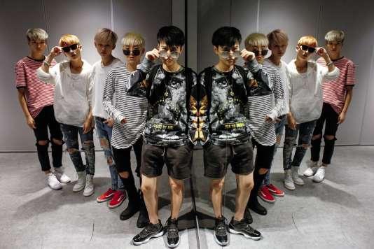 Les cinq filles au look de chanteurs de K-popdu groupe Acrush ont entre 18 et 24 ans.