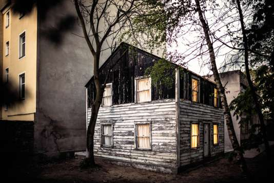 Pour sauver la maison de la « mère du mouvement des droits civiques », menacée de destruction à Detroit, l'artiste Ryan Mendoza l'a fait démonter et acheminer jusque chez lui… à Berlin.
