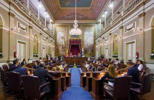 Peintes parManuel González Méndez,«La Remise de la princesse» et «La Fondation de Santa Cruz de Tenerife» décorent la salle du Parlement des îles Canaries depuis qu'il existe.