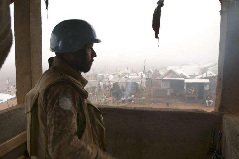 Un soldat pakistanais de la MINUSCA garde en octobre 2016 l'ancien camp de déplacés de Kaga Bandoro, en Centrafrique.