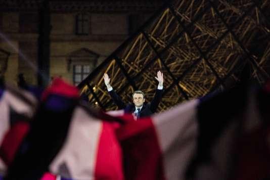 Après l'annonce des résultats le 7 mai, Emmanuel Macron a investi la cour Napoléon du Louvre. Un choix symbolique fort.