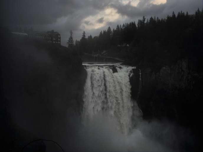 Les Snoquamie Falls, les impressionnantes chutes du générique, constituent une des grandes attractions touristiquesde la vallée. Elles sontsurplombées par le Salish Lodge & Spa, devenu Great Northern Hotel, où loge le personnage de l'agentDale Cooper.