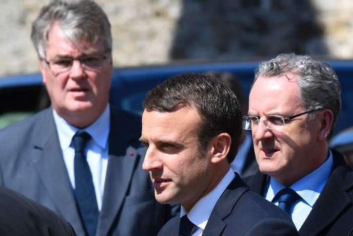 Emmanuel Macron avec Jean-Paul Delevoye à sa droite et Richard Ferrand à sa gauche, le 10mai 2017, à Lannion.