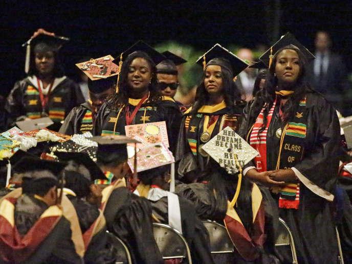 Un groupe d'étudiants tourne le dos à Betsy DeVos, la secrétaire américaine à l'éducation, le 10mai, à l'université de Bethune-Cookman, en Floride.