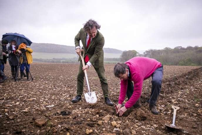 Pierre-Emmanuel Taittinger (à gauche) et Patrick McGrath, de la maison Hatch Mansfield, plantent le premier cep de leur futur « sparkling », dans le Kent, le 3 mai.