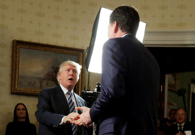 Donald Trump accueillant le directeur du FBI James à la Maison Blanche le 22 janvier.