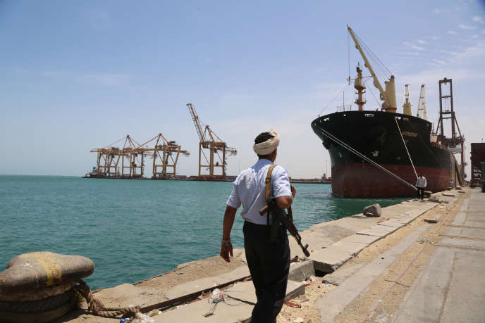 Un soldat sur le port de Hodeïda, au Yémen, le 10 mai 2017.