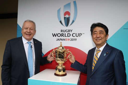 Bill Beaumont, président de World Rugby, et Shinzo Abe, premier ministre du Japon, le 10 mai à Kyoto devant le trophée de la Coupe du monde de rugby.