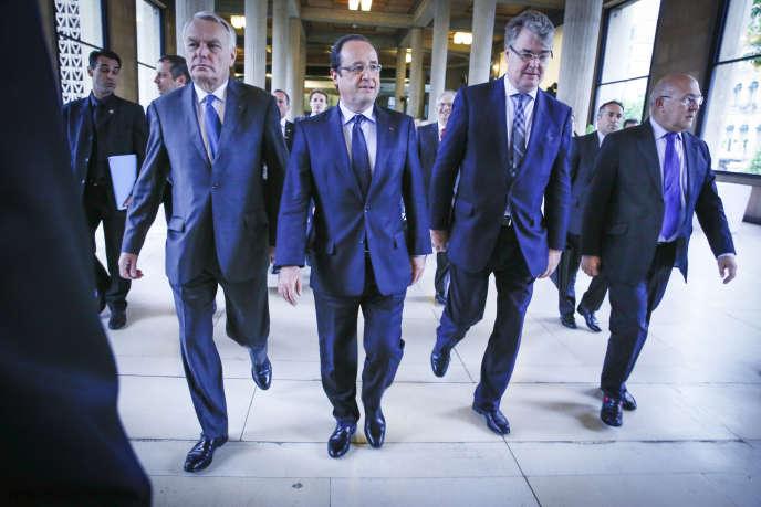 Le premier ministre Jean-Marc Ayrault, le président de la République François Hollande, le président du Conseil économique et social Jean-Paul Delevoye et le ministre du travail Michel Sapin à la Conférence sociale, au palais d'Iéna à Paris, le 20 juin 2013.