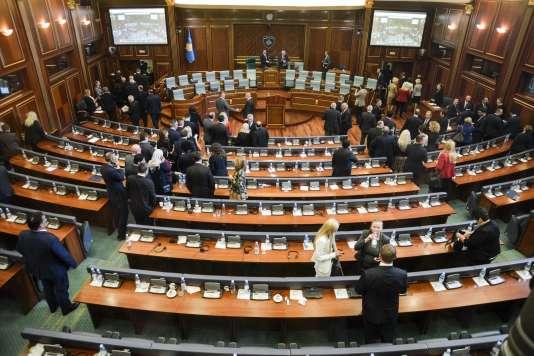 Les députés kosovars quittent le Parlement, le 10 mai.