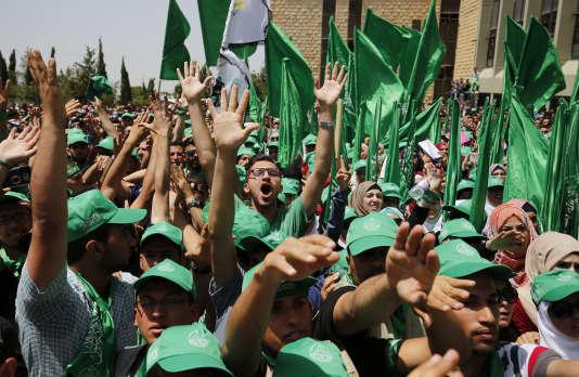 Un rassemblement de soutiens du Hamas devant l'université de Birzeit, le 26 avril.