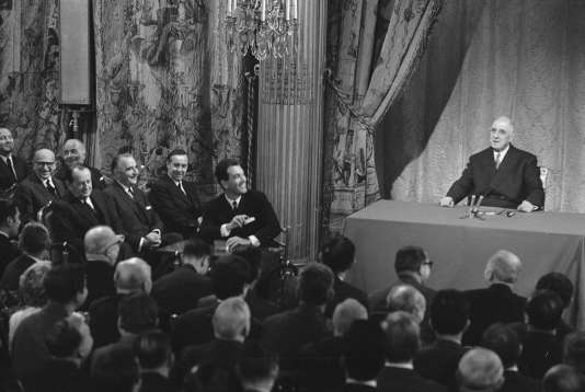 Le président Charles de Gaulle, lors d'une conférence de presse au palais de l'Elysée, à Paris, le 27 novembre 1967