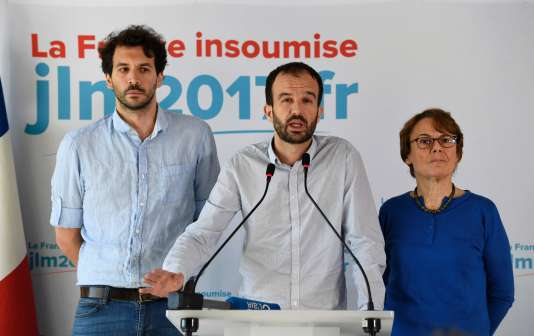 Manuel Bompard (au centre), porte-parole de Jean-Luc Mélenchon pendant la campagne pour la présidentielle, à la conférence de presse de La France insoumise sur les législatives, mercredi 10 mai.