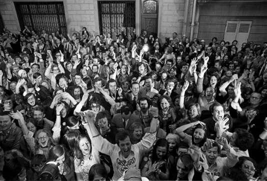 Le 19 mai 1974, la jeunesse giscardienne fait la fête dans la capitale, tandis que leur candidat célèbre sa victoire en toute discrétion.