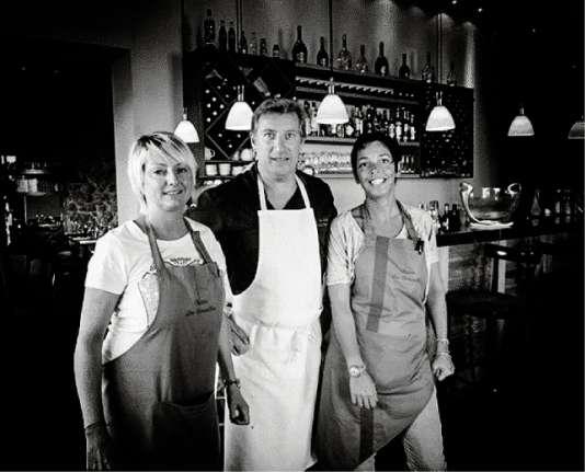 Le chef Michel Cortesi entouré de Lysiane Levivier, sommelière (à g.), et de Carole Peretti, au service.