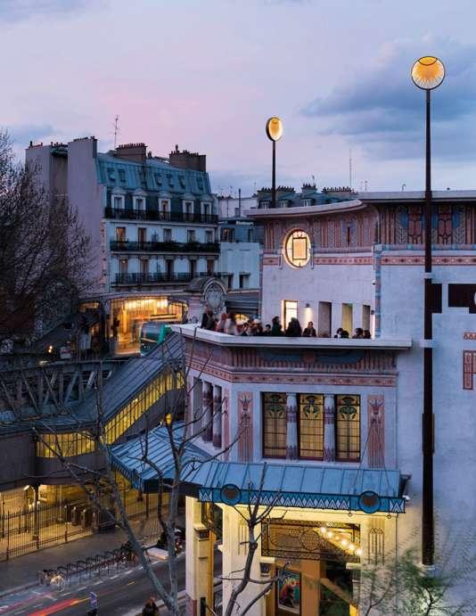 Le vintage Louxor, dans le quartier parisien de Barbès, privilégie la convivialité avec son bar-terrasse.