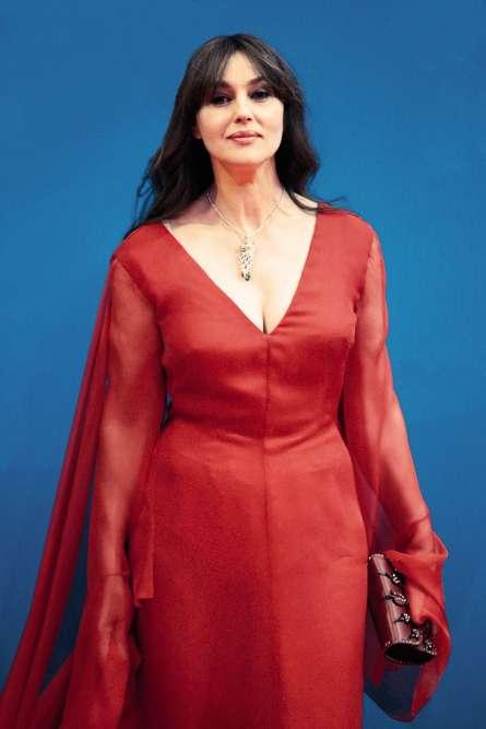Il y a quelques jours, Monica Bellucci était l'invitée d'honneur du Festival du film international de Pékin. Mais rassurez-vous, l'Italienne sera rentrée largement à temps pour ouvrir la 70eéditiondu Festival de Cannes. Comment le savons-nous ? Quand on sait déjà marcher avec une robefourreau, on peut carrément voler avec une robeà manches papillon.