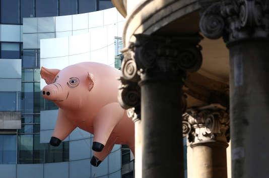 Un immense cochon gonflable fait la promotion de l'exposition consacrée aux Pink Floyd au Victoria & Albert Museum à Londres, le 10 mai.