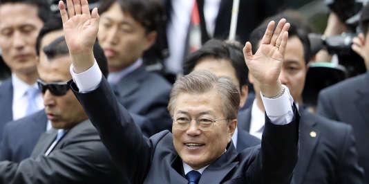 Le nouveau chef de l'Etat sud-coréen, Moon Jae-in, salue ses partisans à proximité de la «Maison Bleue» (siège de la présidence), à Séoul, le 10 mai 2017.