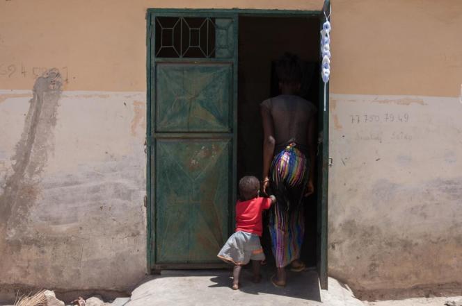 Une mère adolescente du quartier de Sintian au Sénégal, rentre chez elle avec sa fille.
