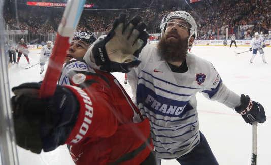 Le défenseur français Antonin Manavian défie l'attaquant canadien Travis Konecny, jeudi 11 mai à l'AccorHotels Arena de Paris.