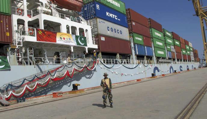 Un soldat pakistanais protège un navire chinois dans le port de Gwadar, qui relie la région occidentale de la Chine à une nouvelle route internationale exportant des marchandises vers le Moyen-Orient et l'Afrique, à environ 700kilomètres (435milles) à l'ouest de Karachi, Pakistan, le 13 novembre 2016.