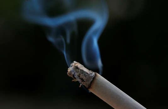 Entre 2010 et 2016, le pourcentage de fumeurs quotidiens a continué d'augmenter chez les Français à faibles revenus.