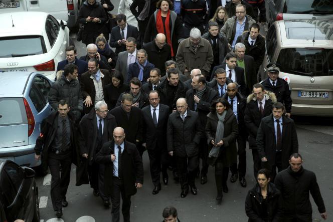 Après l'attentat contre « Charlie », le 7 janvier 2015, Hollande se rend sur place.