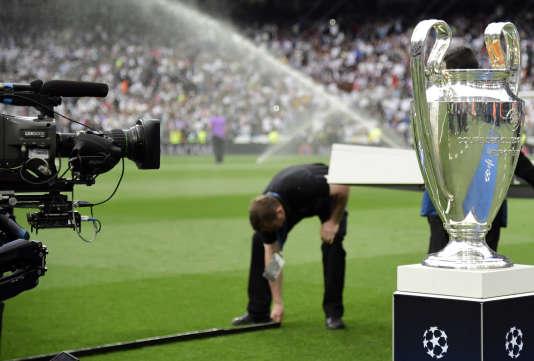 Avant le coup d'envoi de la demi-finale aller de Ligue des champions entre le Real Madrid et l'Atletico Madrid, le 2 mai, au stade Santiago-Bernabéu.