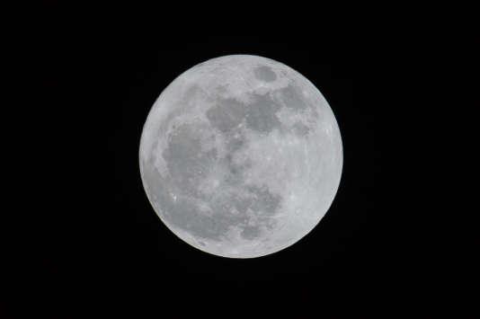 La Lune, vue dans le ciel d'Hongkong en novembre 2016.