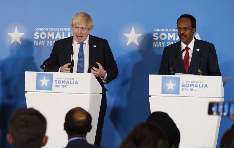Le ministre britannique des affaires étrangères, Boris Johnson et le président de la Somalie, Mohamed Abdullahi Mohamed, lors de la conférence de presse qui a suivi la signature de l'accord à Londres, jeudi 11 mai.