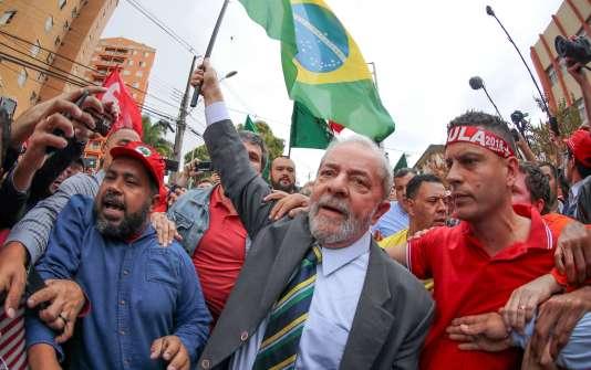 Luiz Inacio Lula da Silva parmi ses supporteurs, lors de son arrivée à la Cour fédérale de justice de Curitiba (Brésil), le 10 mai.