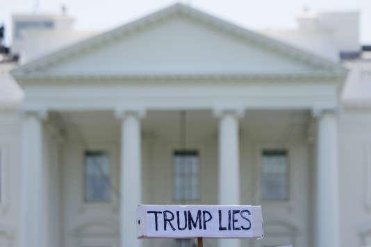 Manifestation devant la Maison Blanche le lendemain du débarquement du directeur du FBI, à Washington, le 10 mai.