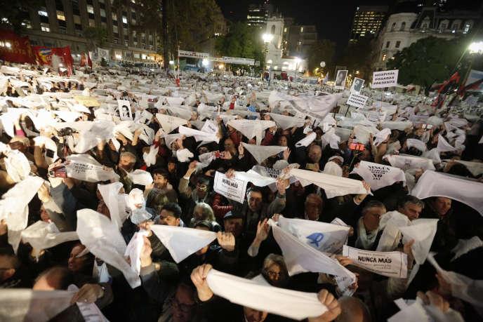 Des manifestants brandissent leur foulard blanc, mercredi 10 mai, à Buenos Aires.