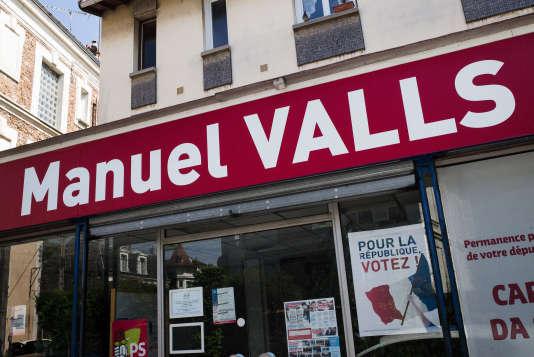 A Corbeil-Essonnes, le 10 mai 2017, la devanture de la permanence parlementaire de Carlos Da Silva.
