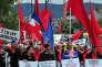 Les Bosniaques participent à une marche contre le fascisme à Sarajevo, le 9 mai.