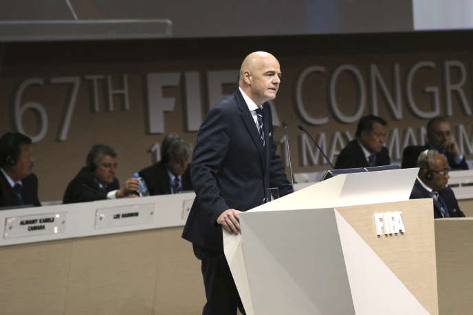 """«Le football n'est pas qu'un sport. Ce n'est pas qu'un """"business"""". C'est une économie». (Photo : le président de la FIFA Gianni Infantino prend la parole durant le congrès de la fédération internationale de football amateur, quelques jours après la décision du conseil (le gouvernement) de l'instance de remplacer les deux coresponsables de son comité d'éthique dit « indépendant ». AManama (Bahreïn), le mardi 10mai)."""