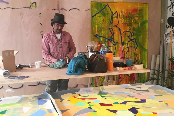 Kongo dans son atelier éphémère de la rue de Ponthieu, à Paris.