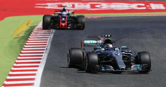 Le Britannique Lewis Hamilton sur Mercedes a réalisé le meilleur temps de la 2e séance d'essais libres, vendredi 12 mai à Montmelo (Espagne) devant son coéquipier Valtteri Bottas et les deux Ferrari rouges.