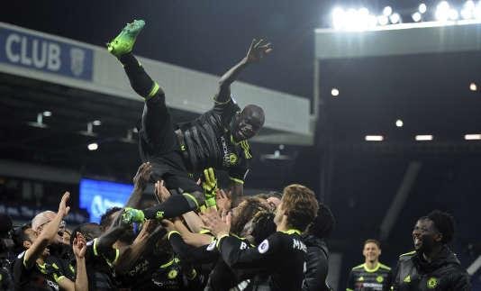 N'Golo Kanté porté en triomphe par ses coéquipiers.