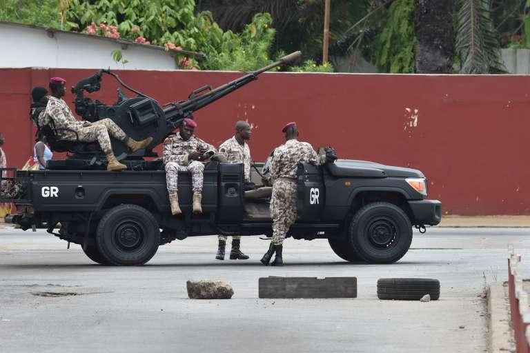 Des soldats ivoiriens à proximité du camp militaire Gallieni, à Abidjan, vendredi 12 mai.