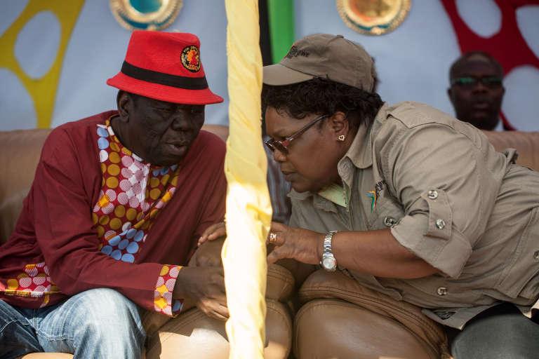 Morgan Tsvangirai de la MDC parle avec Joyce Mujuru, une des figures de l'opposition, le 13 août 2016.