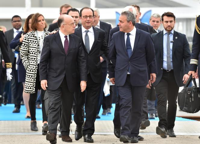 François Hollande, accompagné de Bernard Cazeneuve (alors ministre de l'intérieur) et Xavier Bertrand (président de région), le 26 septembre 2016, à Calais.