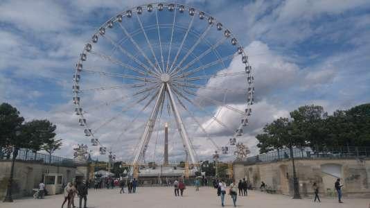 Derrière la grande roue, l'obélisque de la place de la Corcorde et l'arc de triomphe de l'Etoile.