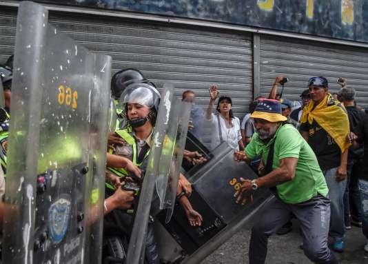 Une opposition violente entre manifestants et forces de l'ordre à Caracas, vendredi 12 mai.