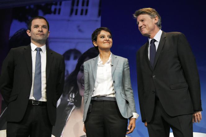 Najat Vallaud-Belkacem, ministre de l'éducation nationale, entourée de ses prédecesseurs, Benoît Hamon et Vincent Peillon, le 2 mai 2016, à Paris.