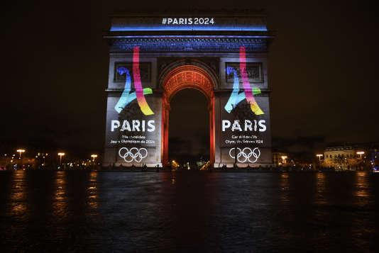 Le logo de Paris 2024 affiché sur l'Arc de Triomphe.