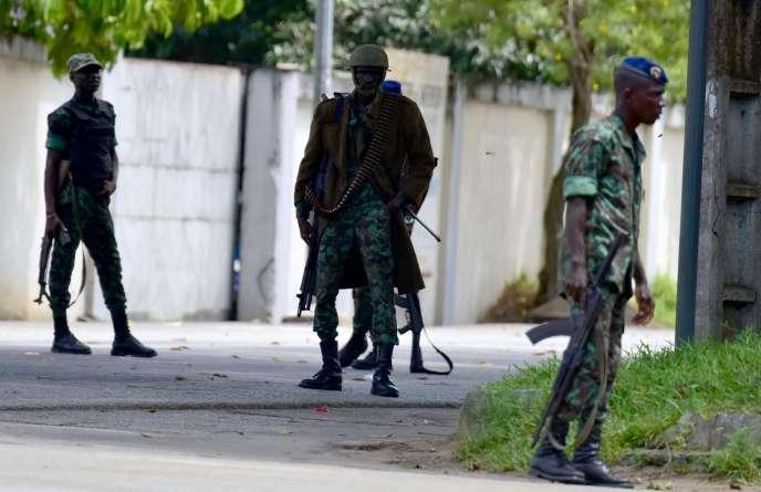 Des soldats mutins, samedi 13 mai, à Abidjan.