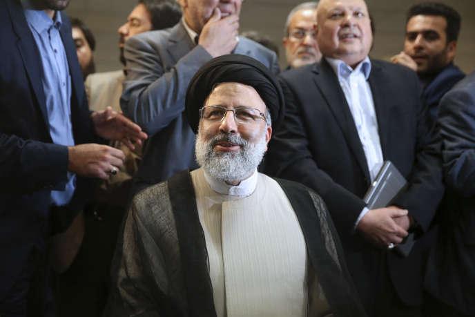 Ebrahim Raisi, le 14 avril à Téhéran, lors de l'enregistrement de sa candidature.